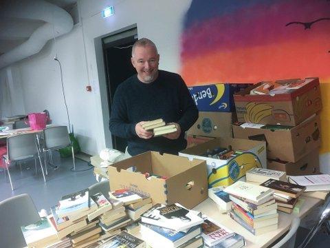PROFF HJELP: Forfatter John Olav Oldertrøen har i mange år hatt kontroll på bok-seksjonen på loppemarkedet. Heldigvis er han også med når korpset skal ha bokmarked
