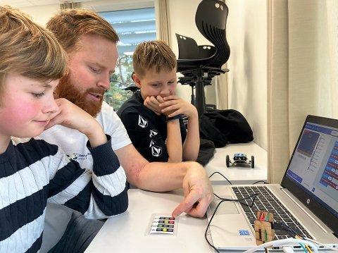 NY KUNNSKAP: Her er det Leik Rasc og William Skaugstad Hallangen i 6B ved Brevik skole som får en innføring i koding av pedagogen ved Vitenparken på Ås.