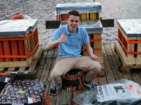 KLAR IGJEN: Sander Granøien (18) inviterer i år igjen til fyrverkerishow ved Vestby videregående skole.