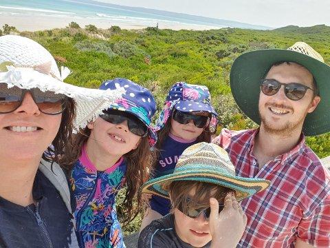Familien fra Vestby storkoser seg på ferie i hjemlandet til pappa Toby Franklin. Fordi solen er så sterk i Australia er familien flinke til å beskytte seg med klær og solkrem når de er ute.