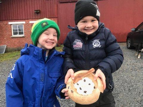 NESTE GENERASJON: Som sin oldefar, sørger Ole Herman (5) og Jens Fredrik (8) Randem på Grorud gård for å sette ut grøt til fjøsnissen julaften.