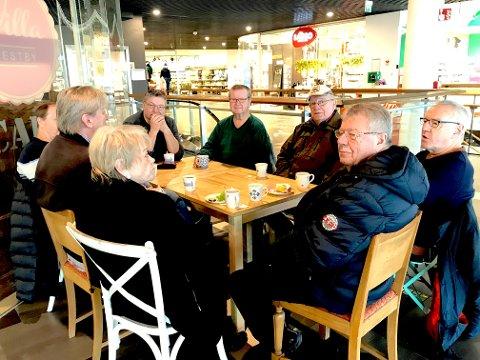 – IKKE OVERRASKET: Den faste kafégjengen samlet på Villa Vestby tirsdag synes avgjørelsen er trist for næringslivet i Vestby, men er ikke overrasket over beslutningen.