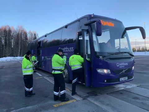 Statens vegvesen sjekket beltebruk på alle busser under kontrollen på Støkken kontrollplass på E6 syd for Korsegården mandag kveld.