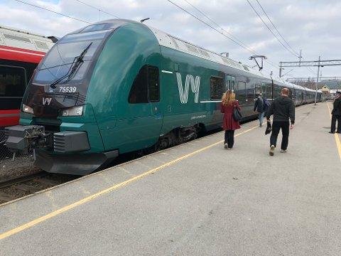 Dette togsettet med nytt Vy-design er nå i trafikk på linje L21 mellom Moss og Stabekk.