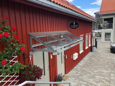 INNBRUDD: Det er meldt innbrudd i legekontoret i Rodegården i Son sentrum i helgen. Sveip for flere bilder.