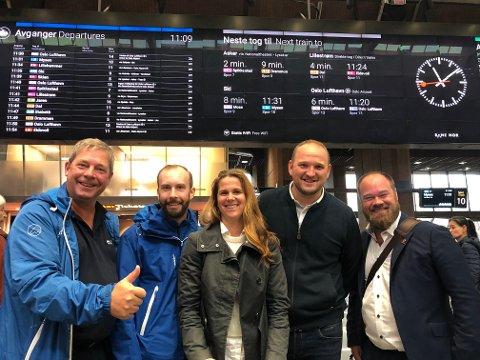 PENDLERNYHET: Høyres ordførerkandidat i Vestby, Pål Engeseth (til venstre) var godt fornøyd med nyheten om at togpendlerne fra Vestby får åtte nye avganger. Her sammen med Simen Nord (Viken Høyre), Solveig Schytz (Viken Venstre) statsråd Jon Georg Dale og Truls Gihlemoen (Hedmark Frp)