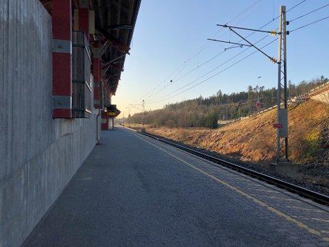Det var ved Sonsveien stasjon i Vestby det ble observert flere ungdommer i og ved jernbanesporet torsdag kveld.