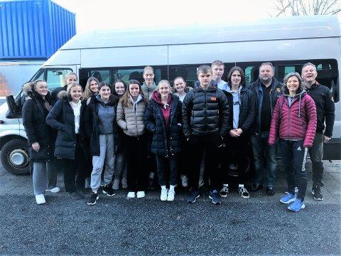 KLARE: Fredag satte 13 elever og tre ledere fra Vestby videregående skole kursen for Trondheim. Her skal de i helgen delta på Euro Youth Camp. Helt til høyre på bildet ser vi lederne Tonni Kjær fra Son HK og Wibeke Lande Storsæter og Matz Antonsen fra Vestby VGS.