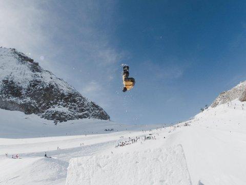 Thea Cassandra Vatne-Larsen (19) er en av de nominerte til årets triks på snowboard.