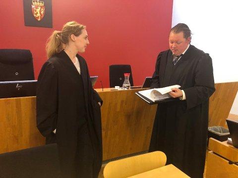 I Follo tingrett stilte Camilla Elvevoll (t.v.) fra påtalemyndigheten, og la ned påstand om fire år og tre måneders fengsel. Her fra en rettsbehandling tidligere i år.