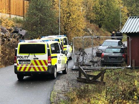 AKSJONERER IGJEN: Fredag var det en stor politiaksjon på denne tomta på Vinterbro etter at en mann forskanset seg i egen bolig med våpen. Mandag aksjonerer politiet igjen.