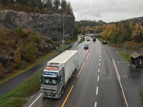 OMKJØRING: Trafikken sørover på E6 dirigeres over Nessetveien. E6 sørover gjennom Nordbytunnelen stengt på grunn av trafikkuhell.