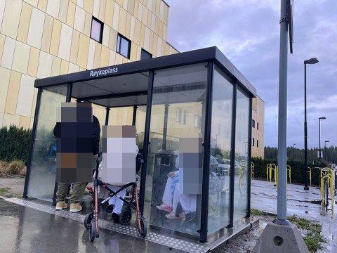 Marius Jensen fra Hvaler ble sjokkert over hvor tett røkerne sto inne i røkeskuret ved Sykehuset Østfold Kalnes. Nå tar sykehuset grep for å få bukt med problemet.