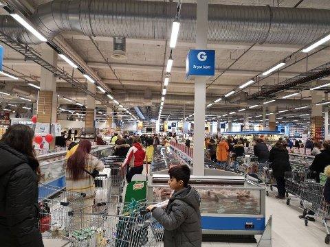 LAAAANGE KØER: Folk sto i kø mens de ventet på å betale på Nordby supermarked torsdag ettermiddag.