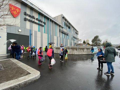 ÅPNET DØRENE IGJEN: Mandag morgen var elevene igjen på plass på skolen. I Vestby har koronafraværet vært svært lavt den første uken.
