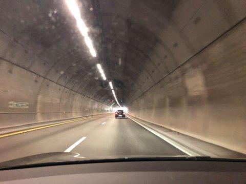 ETT FELT STENGT: Det venstre feltet på E6 i Follotunnelen i sydgående retning har blitt stengt som følge av en papplate i veien.