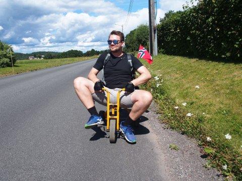NORGESFERIE: Terje Olofsson på det man kan kalle for kortversjonen av sykkelferie i Norge, utført på en trehjulssykkel.