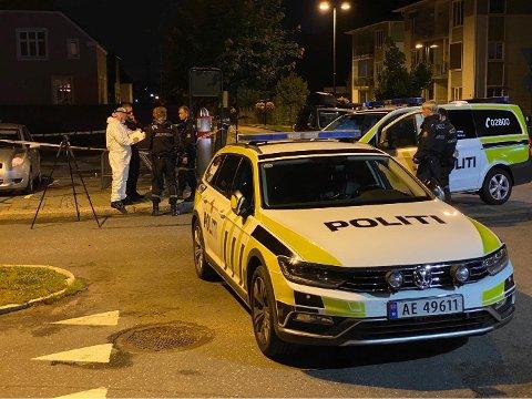 Politiet har sperret av den kommunale parkeringsplassen langs Korsgata. I følge VG skal dette være et av åstedene.
