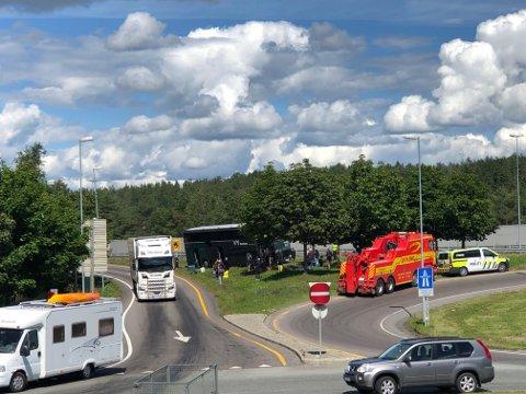Passasjerer venter utenfor bussen ved Mosseporten etter et trafikkuhell torsdag ettermiddag.