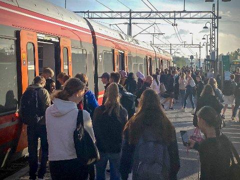 På Vestby stasjon er det ikke mange metere mellom pendlerne torsdag morgen.