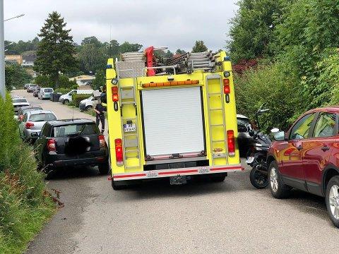 ALVORLIG: Parkerte biler som opptar veibanen og hindrer nødetatene er et alvorlig problem.