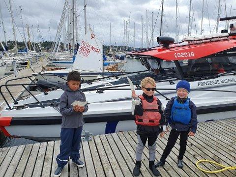 Herman Ludvigsen, Jacob Hjorth-Johansen og Simen Sannerud fikk alle se nærmere på redningsskøyta Prinsesse Ragnhild etter at to av dem ble hentet opp fra en gummibåt på sjøen.