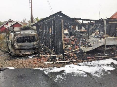 Slik så garasjen i Dronningveien i Hølen ut lørdag morgen. Både garasjen, de to bilene som sto inne og bilen som var parkert utenfor ble totalskadd av brannen.