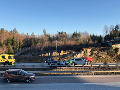 En person omkom da fire biler krasjet i hverandre noen hundre meter etter Follotunnelen i nordgående retning 3 januar i år. Saken er fortsatt ikke oversendt påtale.