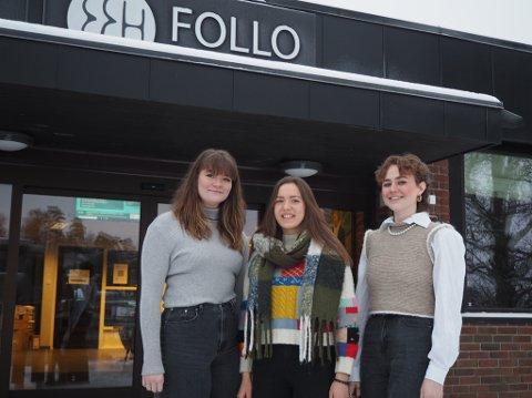 Elevrådsleder ved Follo folkehøgskole Alice Lochoff Dauge forteller at kohortene på skolen finner på hyggelige ting sammen. Her sammen med venninnene fra musikal-linjen Julie Johanne Dahl (t.v) og stipendiat Sara Nilsen.