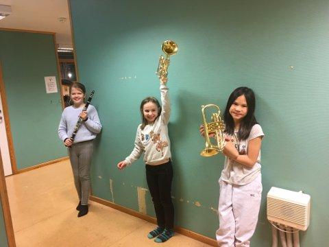 Ena, Alma og Jasmin er tre av mange barn som er glade for pengegaven Vestby skolemusikkorps har fått.