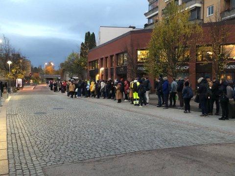 KAOS: Vestby-pendlerne møtte kaoset først ved Ski og Kolbotn stasjon mandag morgen der Vy hadde store problemer med å ta unna reisende med nok busser.