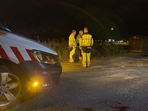 LETTE PÅ SPRENG: Bildet er tatt ved 22:30-tiden lørdag kveld ved Vestby kirke der folk fra kommunen lette etter vannlekkasjen - uten hell.