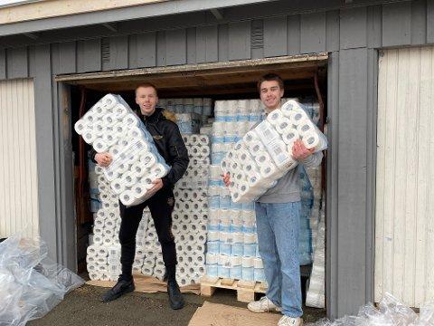 KLARE FOR LEVERING: Jørgen Høyem (t.v) og Børge Borg Wisting poserer med doruller de er klare for å levere til kjøpere i Vestby.