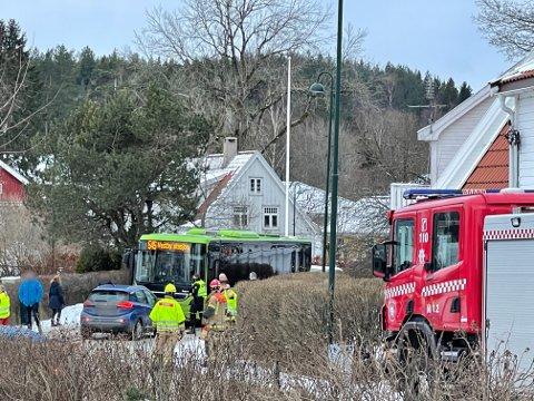 Nødetatene rykket ut til et trafikkuhell i Dronningveien i Hølen tirsdag morgen. Det er ikke meldt om personskader.