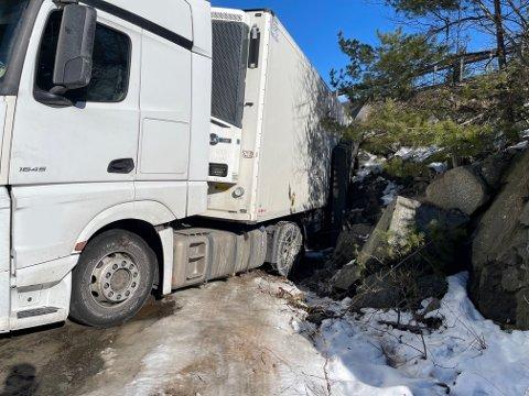 Lastebilen skal ha sklidd og blitt stående fast.