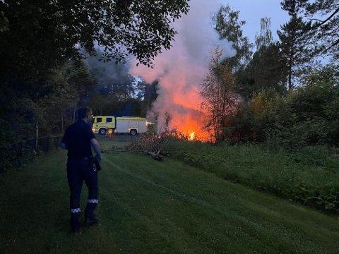FULL FYR: – Bilen skal være nesten utbrent, men bBrannvesenet har nå kontroll, og flammene skal være mer eller mindre slukket, opplyser Leif Høyland, vaktleder i Øst 110-sentralen mandag kveld.  Alle foto nyhetstips.no Sveip høyre for flere bilder ->