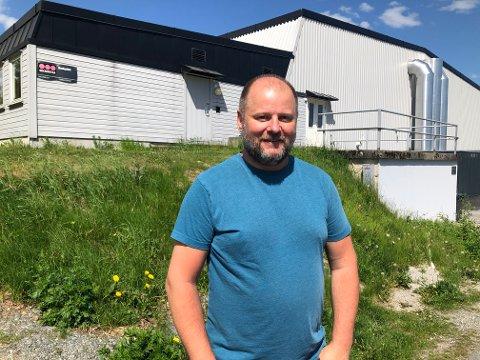 SKRYTER: Testleder på testsenteret på Risli, Stein Roger Jørgsen skryter av folks tålmodighet i testkøene denne helgen. Tirsdag var det registrert to nye smittetilfeller i Vestby det siste døgnet.