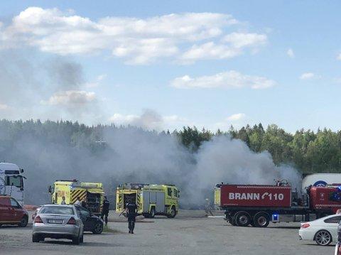FULL FYR: Øst 110-sentral melder torsdag ettermiddag om at det brenner kraftig i en semitrailer på industrifeltet på Deli skog.