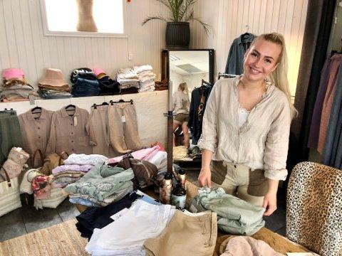 PÅ PLASS: Sommerjobb: Andrine Bruland (19) på plass i sommerbutikken til Symbiose Design i Son.