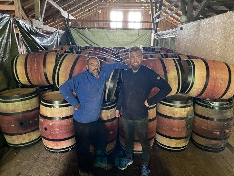 VINPRODUKSJON: Gründerne Sveinung Årseth (til høyre) og Luca Pennesi har produsert vin i Moss i flere år. De har etablert seg på Garder, og nå kommer det vinmakeri til Son. Hele 110 eikefat venter på å bli plassert i sine nye lokaler.