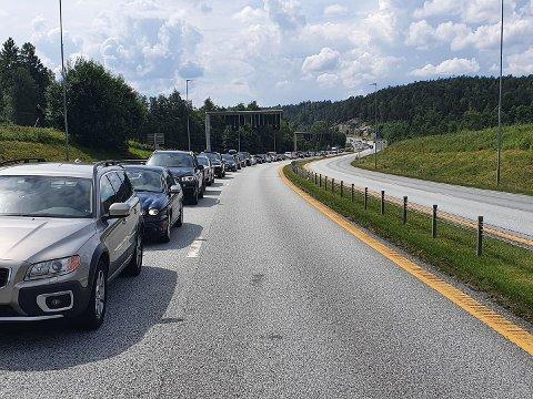 Køen av nordmenn som ville over grensen på Svinesund, var mandag kveld så lang at mange ble sluppet inn uten kontroll. Også flyplassene advarer om lange køer.