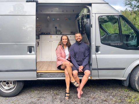 Elisa Mari Weum Fossem og Rune Haugen Larsen kjøpte seg en gammel fiskebil. Planen er å bo i bilen ut året.