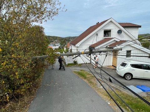 En uheldig lastebilsjåfør dro mandag ettermiddag med seg flere ledninger da vedkommende skulle kjøre i Feierbakken i Son.