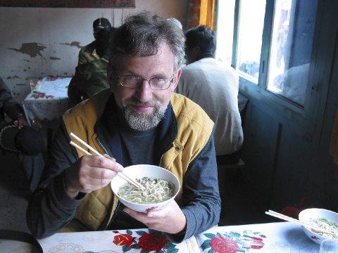 REISENDE FORFATTER: Torbjørn Færøvik (68) har reist mye i Asia. Dette er fra en kafé ett eller annet sted i Sentral-Asia.
