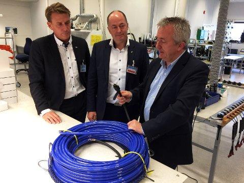 - Et typisk Fosstech-produkt, en helt vanntett kabel med en helt vanntett connector, forklarer økonomisjef Tor Ivar Kolpus (t.h.) til stortingsrepresentantene Kårstein Eidem Løvaas (t.v.) og Morten Stordalen.