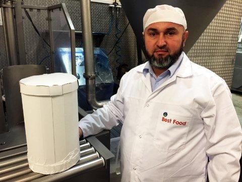 Bilala Abubakarov og en ferdig döner av oksekjøtt. Med nytt utstyr er tiden for å produsere en slik, redusert fra 15 til ett minutt.