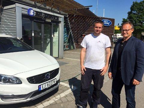 - En ren vinn vinn-situasjon hvis vi både kan spare miljøet og spare penger, sier markedssjef i Bil-Service, Petter Jørgensen (t.h.), her sammen med Mathis Haugaasen.