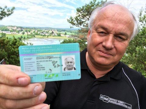 - Hvis en bygningsarbeider har et HMS-kort som dette, kan du være rimelig sikker på at vedkommende er lovlig registrert, sier lederen for kampanjen Medbyggerne, Roy Holth.