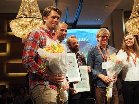 STOLTE TROSS TAP: F.v: Markedssjef Ole Kristian K. Hansejorde og gründer, Hans Christian Wilson tar imot blomster og diplom etter prisutdelingen på Radisson Blu Plaza hotel i Oslo. (Foto: Ingrid Bakker)