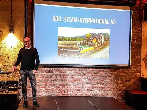 VANNDAMP: Maskinen som fjerner ugress og sopp fra matjorda med vanndamp er utviklet av Soil Steam International i Sandefjord. Her presenterer styreleder Hans Kristian Westrum maskinen for Norsk Landbrukssamvirke.